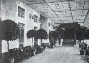Ilpassaggio al Salone delle proiezioni del Cinema Ambrosio, 1914.